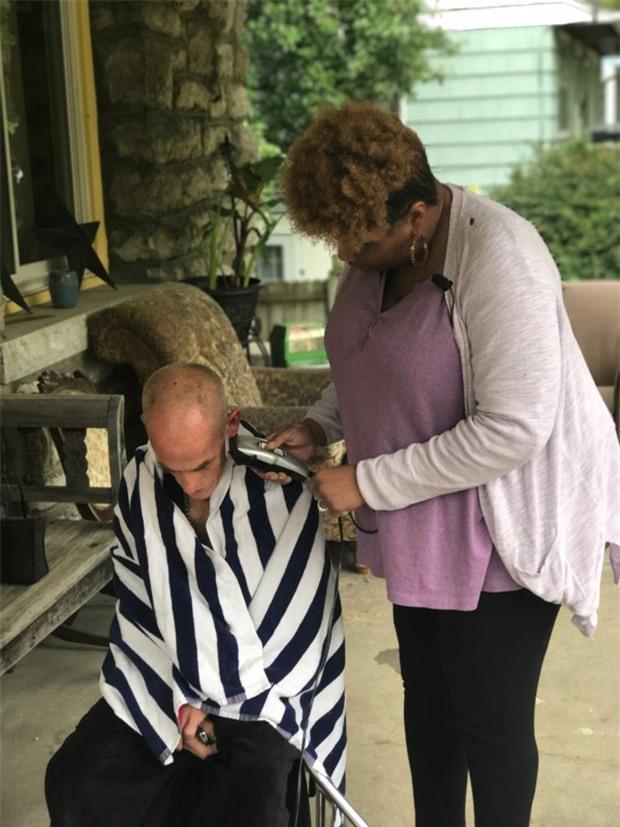 Thấy ông lão vô gia cư ngồi khóc trong nhà hàng, người phụ nữ này đã làm điều khiến ông nhớ ơn cả đời - Ảnh 3.