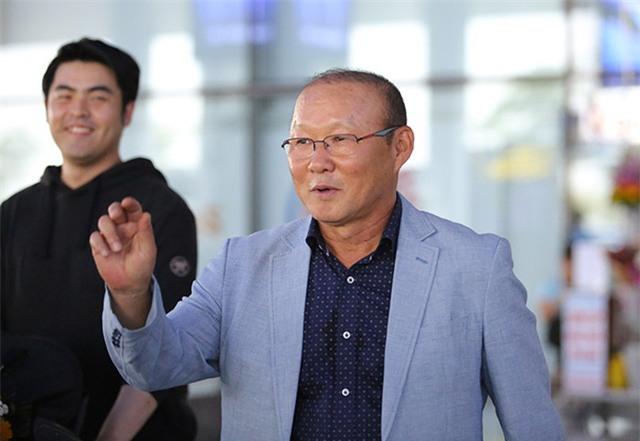 Vị HLV người Hàn Quốc vẫy tay chào người hâm mộ Việt Nam
