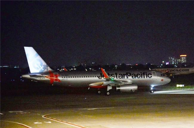 Hành khách bức xúc vì chuyến bay của Jestar bị delay suốt 21 giờ: Hãng lên tiếng do thời tiết xấu, máy bay bị sét đánh - Ảnh 4.