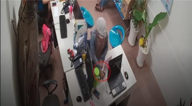 Phẫn nộ clip người đàn ông dàn cảnh cho bé trai trộm điện thoại tại nhiều cửa hàng ở Sài Gòn - Ảnh 2.