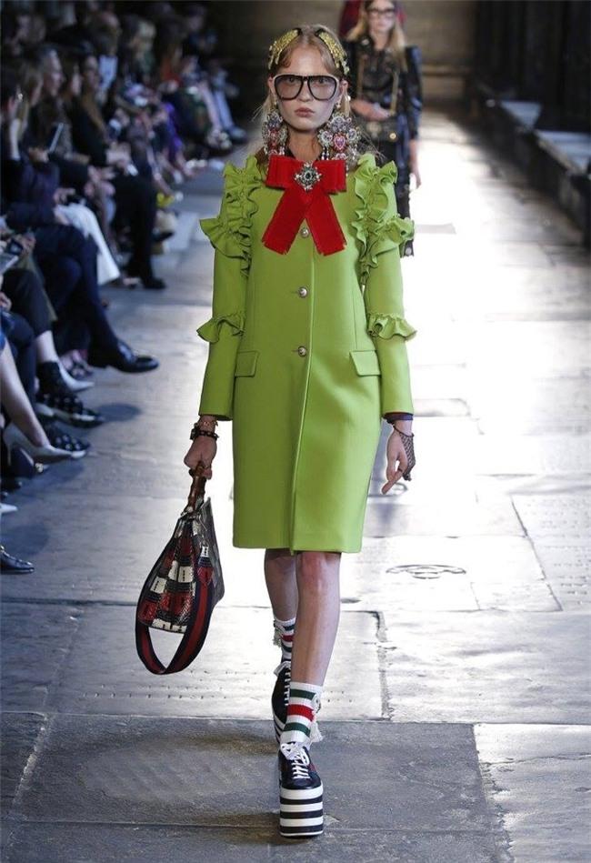 Hà Hồ diện giày bánh mì kiện tướng 20cm, fan thảng thốt hỏi: Chị mang đôi này thì cao 2 mét ư?-2