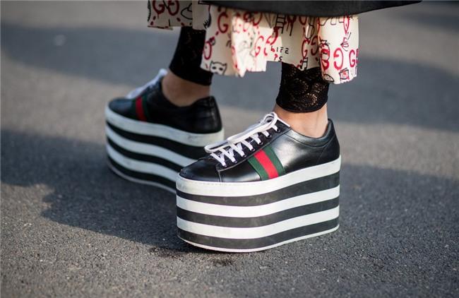 Hà Hồ diện giày bánh mì kiện tướng 20cm, fan thảng thốt hỏi: Chị mang đôi này thì cao 2 mét ư?-9
