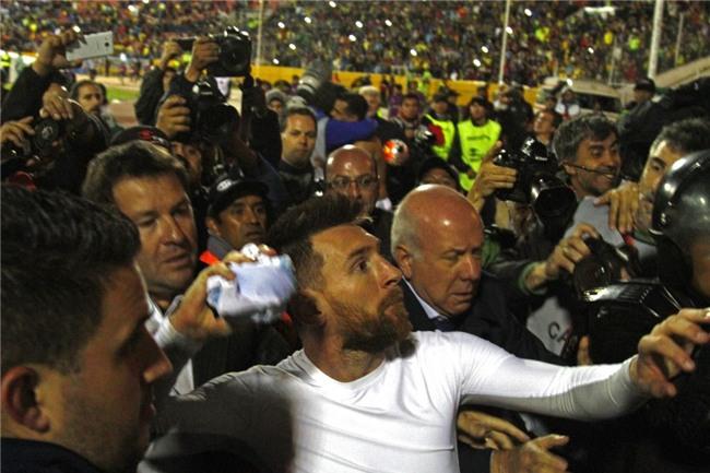 Dan Argentina trang dem an mung, chu tich LDBD bat khoc om chat Messi hinh anh 5