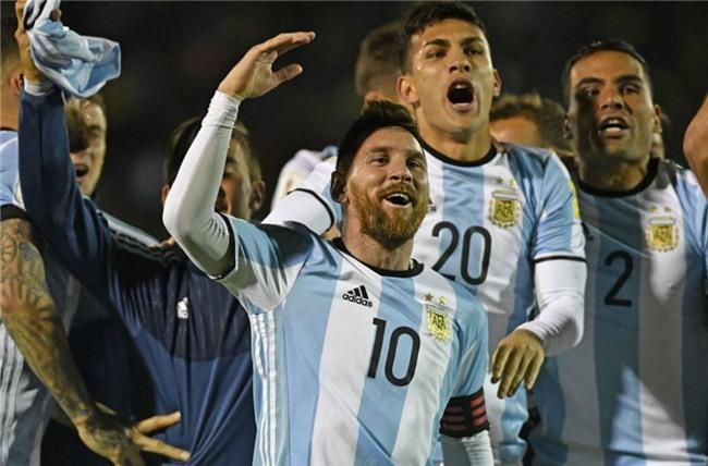 Dan Argentina trang dem an mung, chu tich LDBD bat khoc om chat Messi hinh anh 6