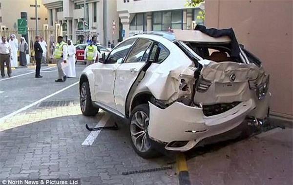 Chiếc xe BMW bị hư hỏng nặng sau khi rơi từ độ cao 24m xuống đất khiến Selmie tử vong tại chỗ