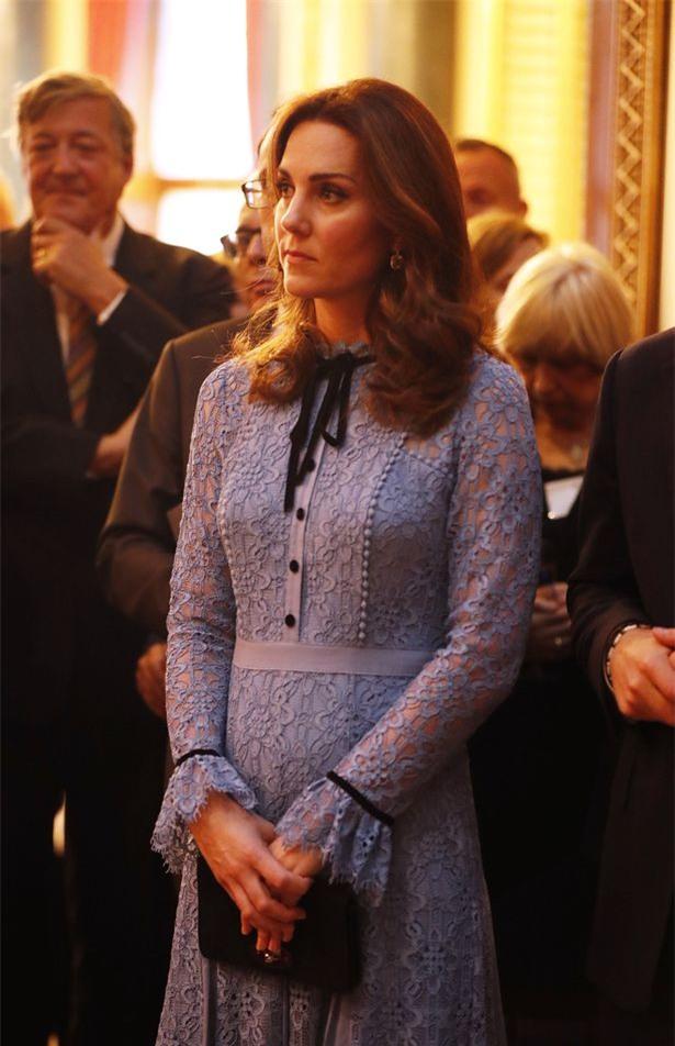 Công nương Kate lộ bụng bầu lần đầu tiên kể từ khi thông báo mang thai lần ba - Ảnh 3.