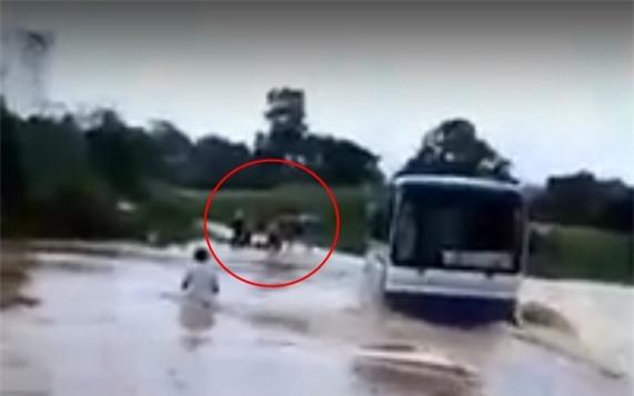 Thanh Hóa: Xe khách chết máy giữa dòng nước lũ cuồn cuộn, dân dùng giây thừng giải cứu 47 học sinh - Ảnh 2.