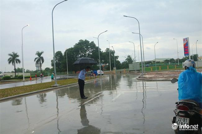 Hình ảnh được chia sẻ nhiều nhất hôm nay: Ông chủ người Nhật đội mưa, cúi người chào khách vào đổ xăng ở Hà Nội - Ảnh 2.