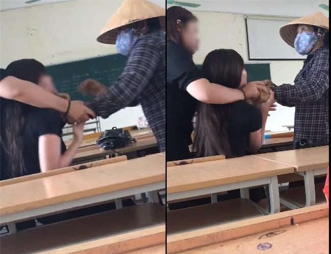 Clip: Phàn nàn về việc dép bị quét hất lên bục giảng, nữ sinh Nông Nghiệp bị cô lao công xông vào chửi bới, túm cổ áo - Ảnh 2.