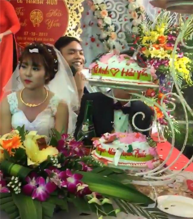Cô dâu mặt sắp khóc khi bạn thân chú rể hát Anh đã làm sai điều gì, mà em ra đi không một lời từ ly? trong đám cưới - Ảnh 3.