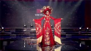 Clip: Huyền My mặc quốc phục hoành tráng, tỏa sáng trên sân khấu Miss Grand International 2017 - Ảnh 7.
