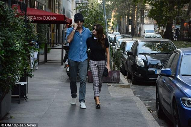 Thủ môn Buffon sành điệu, dạo bước trên phố với hôn thê xinh đẹp - Ảnh 1.
