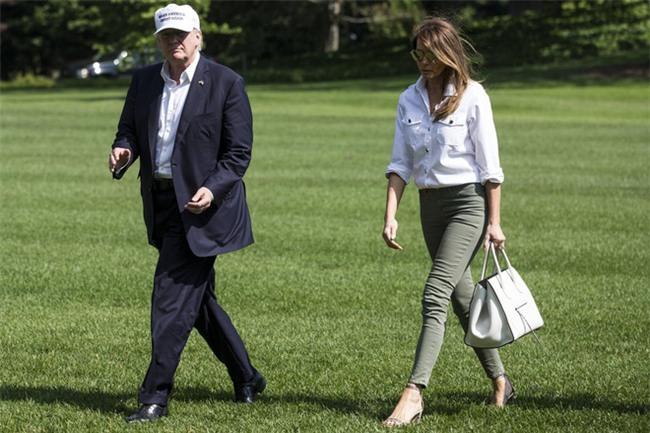 Nổi tiếng với việc dát loạt hàng hiệu lên người nhưng phu nhân Tổng thống Trump cũng có lúc diện đồ bình dân - Ảnh 11.