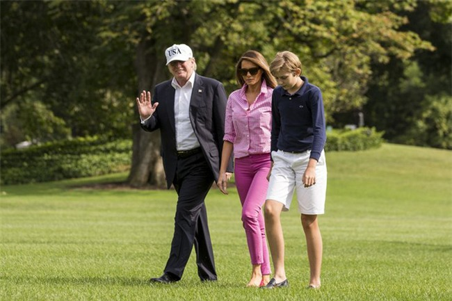 Nổi tiếng với việc dát loạt hàng hiệu lên người nhưng phu nhân Tổng thống Trump cũng có lúc diện đồ bình dân - Ảnh 3.