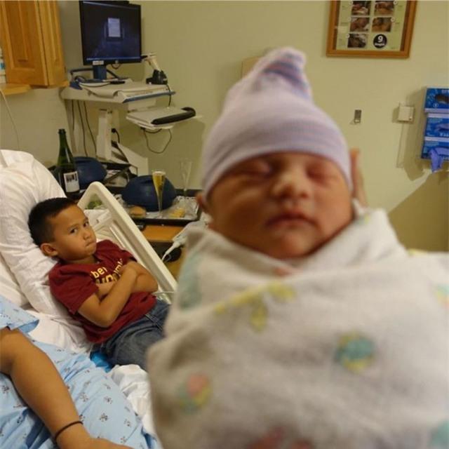 Cậu bé tỏ ra tức giận khi mọi người dành hết sự quan tâm cho đứa em mới sinh của mình.