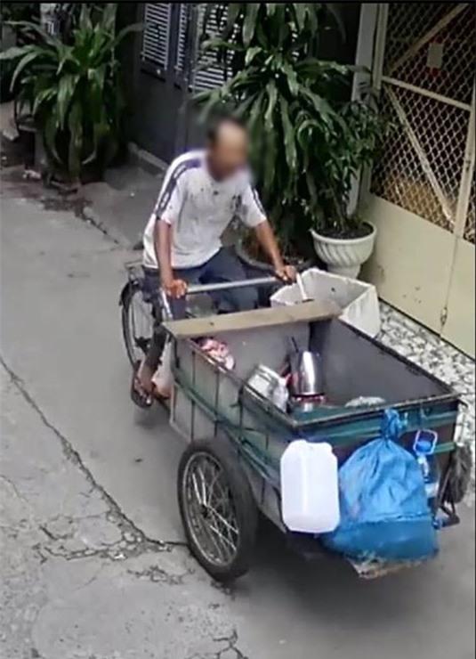 Trích xuất hình ảnh từ camera, truy tìm người đàn ông nhặt phế liệu giết bạn nhậu ở Sài Gòn - Ảnh 2.