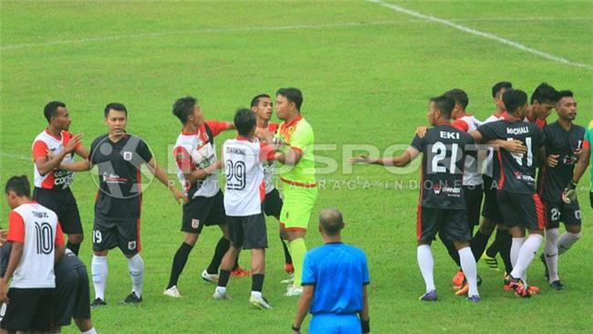 Hỗn chiến ở giải Indonesia: Cầu thủ dàn trận cởi áo đòi xử trọng tài - Ảnh 2.