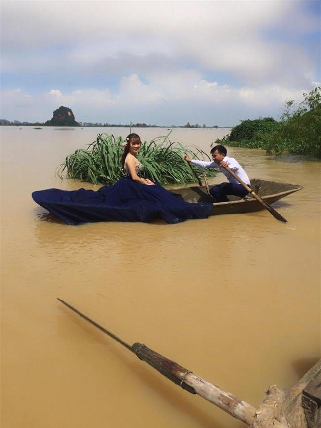 Trong mưa lũ lịch sử ở Ninh Bình, cô dâu chú rể vẫn chịu khó... leo nóc nhà để chụp ảnh cưới - Ảnh 2.