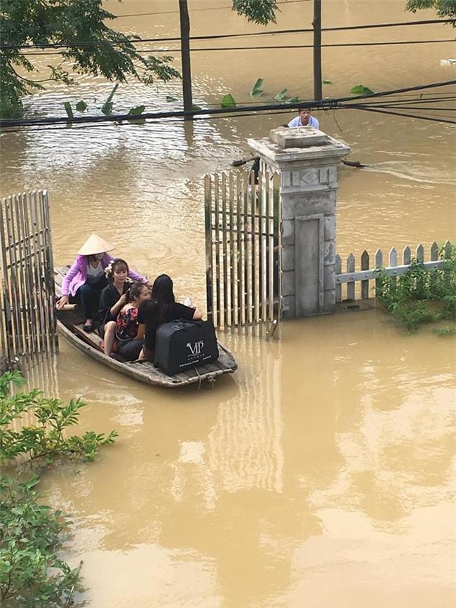 Trong mưa lũ lịch sử ở Ninh Bình, cô dâu chú rể vẫn chịu khó... leo nóc nhà để chụp ảnh cưới - Ảnh 4.
