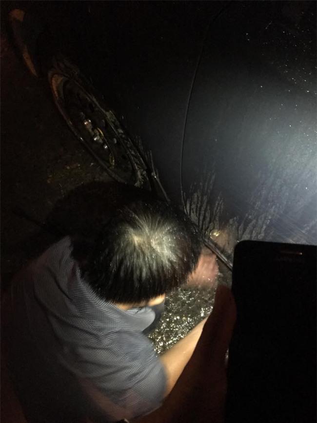 Chiếc ô của người lạ trong đêm Hà Nội mưa to gây sốt mạng xã hội  - Ảnh 1.