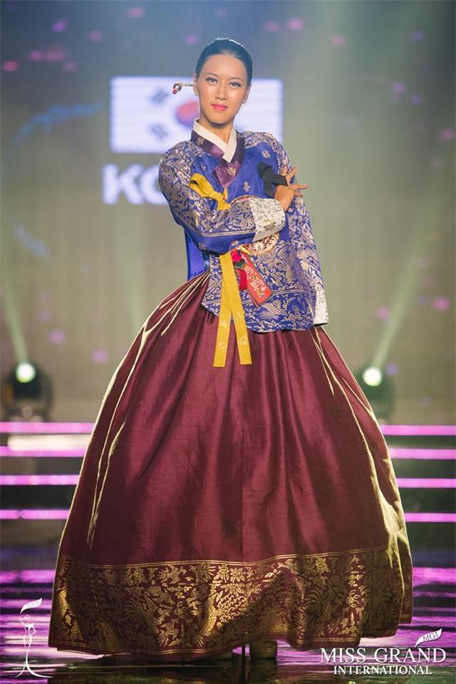 Top 10 trang phục truyền thống đẹp nhất tại đêm trình diễn Quốc phục Miss Grand International 2017-12