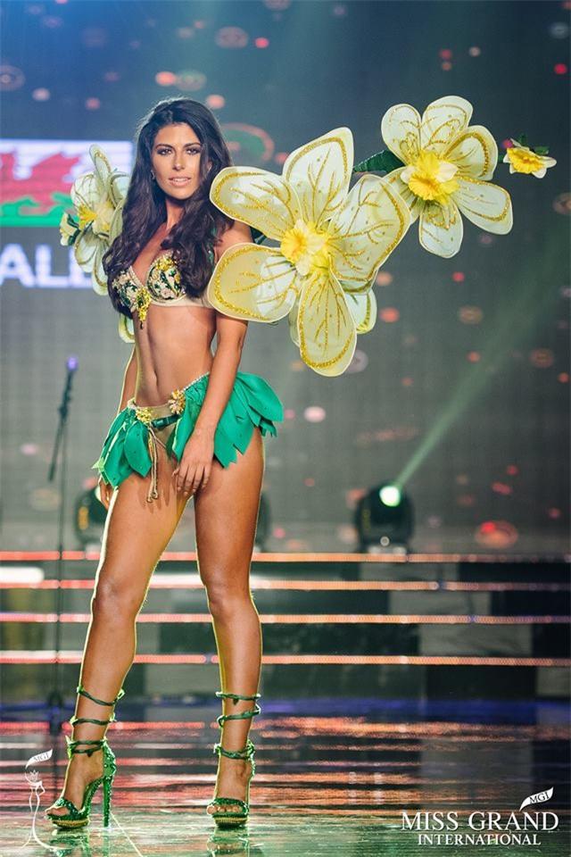 Top 10 quốc phục thi hoa hậu không rườm rà thì lại hở bạo chẳng khác gì diễn show Victorias Secret-4