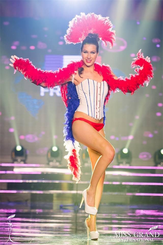Top 10 quốc phục thi hoa hậu không rườm rà thì lại hở bạo chẳng khác gì diễn show Victorias Secret-5