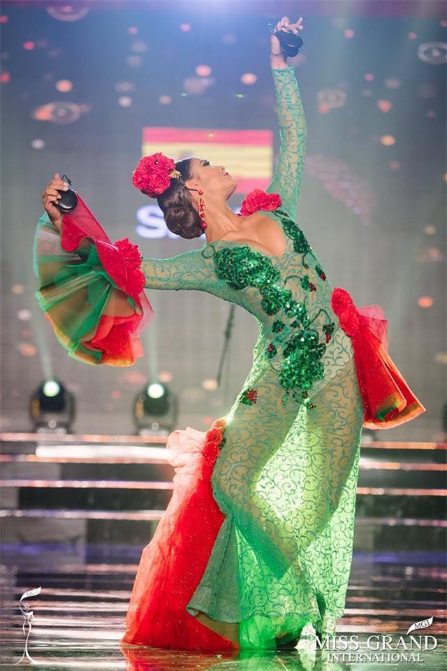 Top 10 quốc phục thi hoa hậu không rườm rà thì lại hở bạo chẳng khác gì diễn show Victorias Secret-6