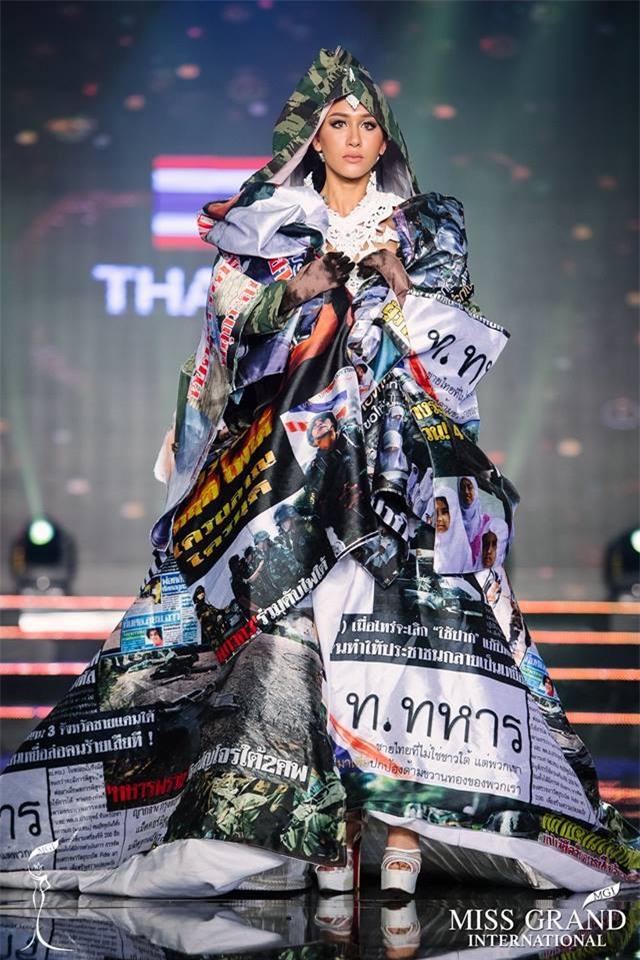 Top 10 quốc phục thi hoa hậu không rườm rà thì lại hở bạo chẳng khác gì diễn show Victorias Secret-7