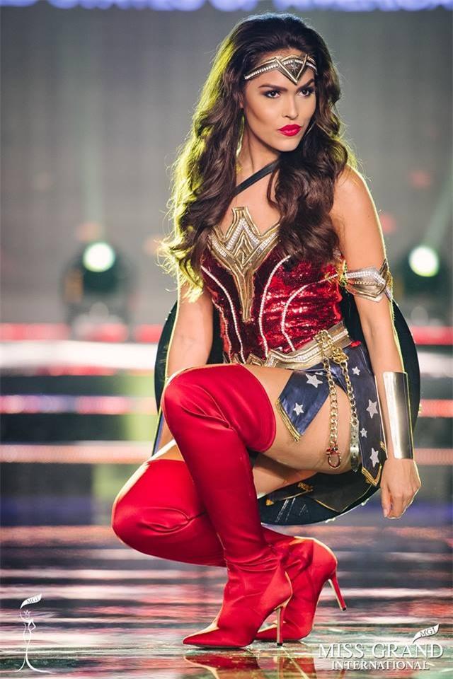 Top 10 quốc phục thi hoa hậu không rườm rà thì lại hở bạo chẳng khác gì diễn show Victorias Secret-8