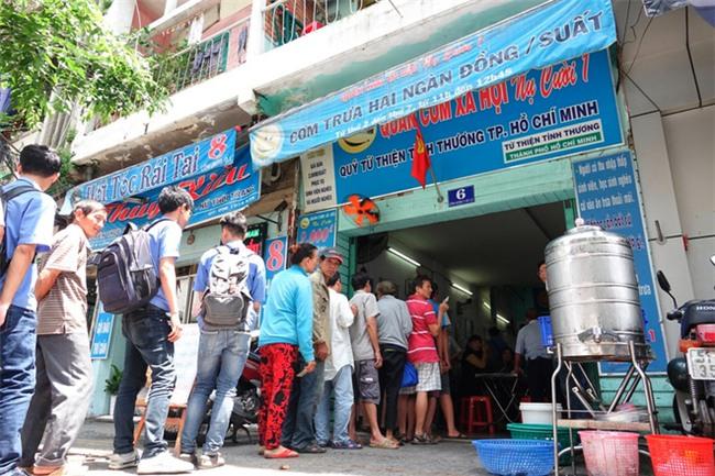 Sinh viên xếp hàng ăn cơm từ thiện: Uống trà sữa 70 nghìn bị chửi, giờ ăn cơm 2 nghìn cũng chửi - Ảnh 4.