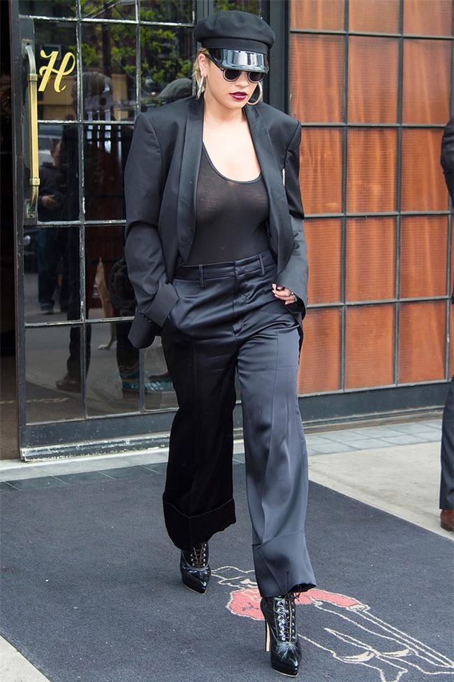 Học được gì từ thời trang thả rông vòng 1 của sao thế giới nhân ngày Quốc tế không mặc áo ngực? - Ảnh 7.