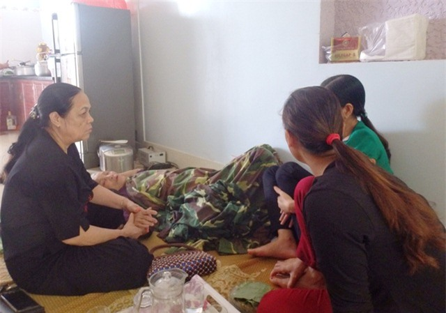 Hai cán bộ biên phòng mất tích khi hỗ trợ dân phòng chống lũ: Mẹ già khóc ngất, mong ngóng con quay về - Ảnh 1.