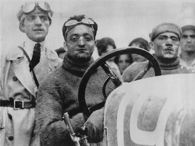 Sau chiến tranh, Enzo trở về và đối mặt với một quãng thời gian đầy khó khăn khi tìm kiếm một công việc nào đó trong ngành kinh doanh xe hơi. Anh đã nộp đơn xin việc tại Fiat nhưng bị từ chối, bởi đã có quá nhiều quân nhân hậu chiến nộp đơn vào đây. Cuối cùng, anh tìm được một vị trí tại một nhà sản xuất xe hơi nhỏ hơn.