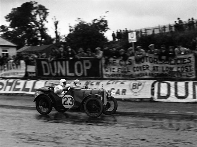 Năm 1929, Enzo cho ra đời đội đua chuyên nghiệp, Scuderia Ferrari, hay còn gọi là Team Ferrari. Ở thời điểm đó, chưa có hãng xe hơi nào cho đội lái của mình đua bằng chính những chiếc xe mà họ sở hữu.