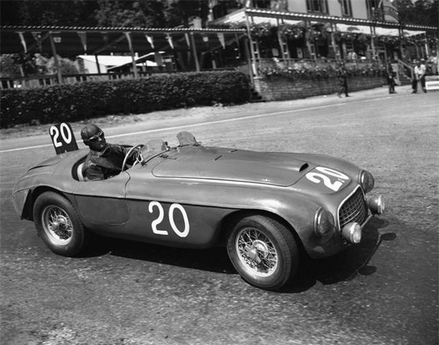 Vào đầu những năm 1950, Luigi Chinetti đã được cung cấp những chiếc xe thể thao mà ông muốn, đồng thời mở đại lý Ferrari đầu tiên tại Mỹ. Gian hàng của Chinetti nằm tại Manhattan nhưng sau đó chuyển tới Connecticut (Mỹ).
