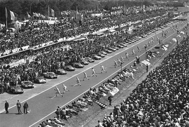 Vào thời điểm đó, Ferrari là kẻ thống trị của Le Mas. Enzo và đội của ông đã thành công liên tiếp trong các cuộc đua xe thể thao bền bỉ, kéo dài 24 giờ. Họ đã chiến thắng tới 6 lần liên tiếp từ năm 1960 – 1965.