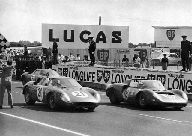 Đến năm 1966, Ford đã sẵn sàng để thách thức những chiếc xe của Ferrari. GT40 huyền thoại của Ford đã được thiết kế để đua tại cuộc đua Le Mans.