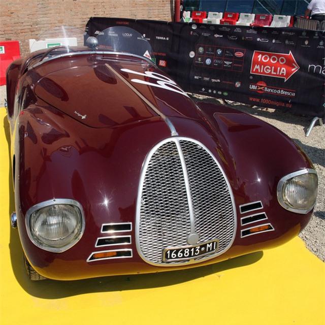 AAC đã sản xuất được hai chiếc xe 815 vào năm 1940. Cả hai đều bị cấm mang tên Ferrari vì một thỏa thuận không cạnh tranh giữa Enzo và các nhà tuyển dụng trước đây. Thỏa thuận này đã cấm Ferrari sử dụng tên của mình để đặt cho những gì liên quan đến việc đua và xe đua trong ít nhất 4 năm.