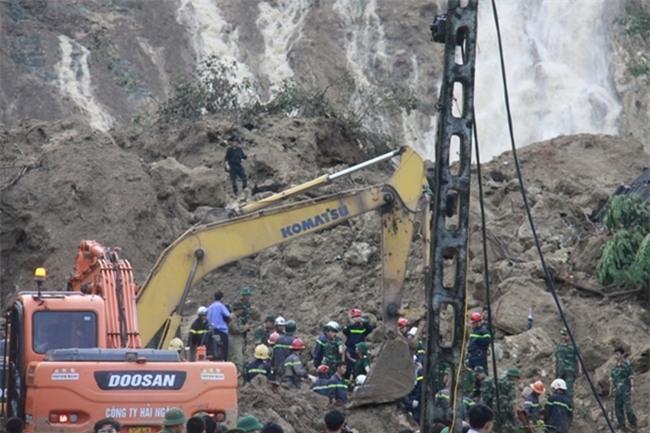 Vụ lở đất ở Hòa Bình: Khóc nghẹn tìm thấy thi thể mẹ ôm 2 con - Ảnh 1.