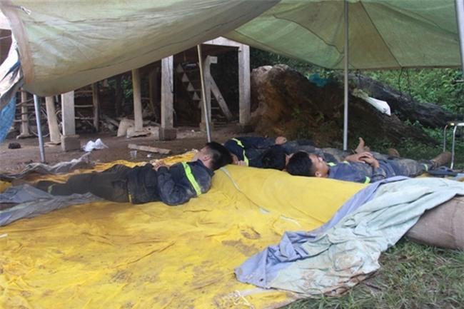 Vụ lở đất ở Hòa Bình: Khóc nghẹn tìm thấy thi thể mẹ ôm 2 con - Ảnh 2.