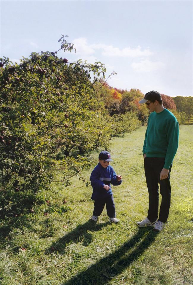 Dùng Photoshop ghép ảnh hiện tại vào ảnh lúc bé, chính anh chàng nhân vật chính cũng cảm thấy bất ngờ vì kết quả - Ảnh 1.