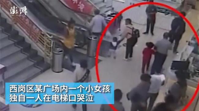 Bé gái 7 tuổi bị mẹ ruột bỏ rơi giữa trung tâm thương mại vì sợ không nuôi nổi con - Ảnh 1.
