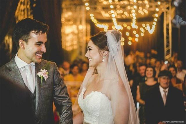"""""""Vị khách"""" lạ ngang nhiên vào ngủ giữa lễ cưới, cô dâu chú rể không đuổi đi mà còn làm điều bất ngờ - Ảnh 1."""