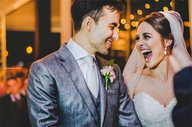 """""""Vị khách"""" lạ ngang nhiên vào ngủ giữa lễ cưới, cô dâu chú rể không đuổi đi mà còn làm điều bất ngờ - Ảnh 2."""