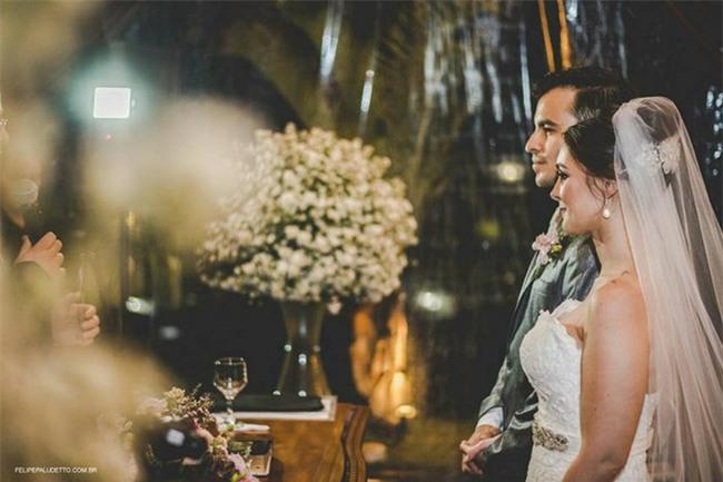 """""""Vị khách"""" lạ ngang nhiên vào ngủ giữa lễ cưới, cô dâu chú rể không đuổi đi mà còn làm điều bất ngờ - Ảnh 3."""