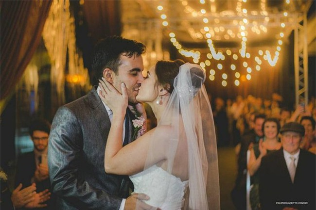 """""""Vị khách"""" lạ ngang nhiên vào ngủ giữa lễ cưới, cô dâu chú rể không đuổi đi mà còn làm điều bất ngờ - Ảnh 5."""