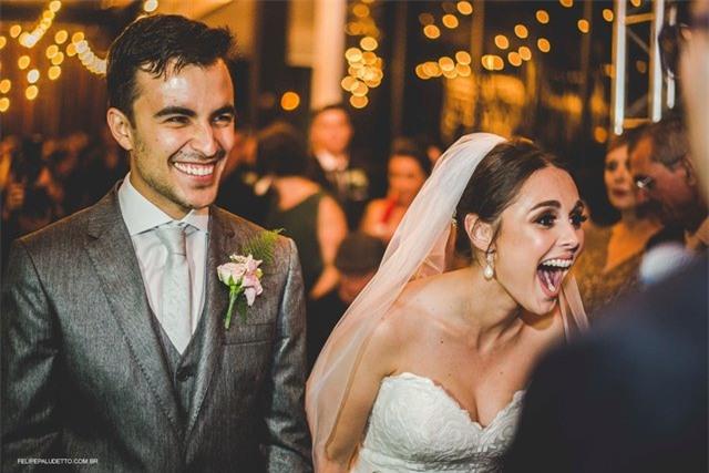 """""""Vị khách"""" lạ ngang nhiên vào ngủ giữa lễ cưới, cô dâu chú rể không đuổi đi mà còn làm điều bất ngờ - Ảnh 6."""
