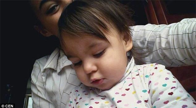 Nụ hôn cuối - khoảnh khắc ám ảnh của người bố từ biệt con gái 2 tuổi qua đời vì bị mẹ đẻ bạo hành - Ảnh 2.