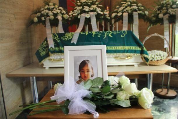 Nụ hôn cuối - khoảnh khắc ám ảnh của người bố từ biệt con gái 2 tuổi qua đời vì bị mẹ đẻ bạo hành - Ảnh 11.